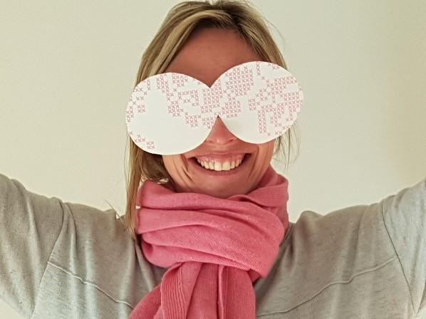 Anne kijkt door een roze bril (1)